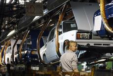 Chaîne de montage à l'usine Lada de Togliatti. AvtoVAZ, le premier constructeur automobile russe, devrait supprimer cette année 13.000 postes, un nombre plus important qu'annoncé initialement, dans son usine de Togliatti, touchée par la baisse des ventes de Lada, sa marque phare. /Photo d'archives/REUTERS/Denis Sinyakov