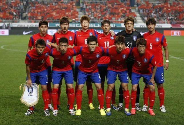 South Korea's national soccer team players pose for a group photo before a friendly soccer match against Tunisia at the Seoul World Cup stadium in Seoul May 28, 2014. REUTERS/Kim Hong-Ji