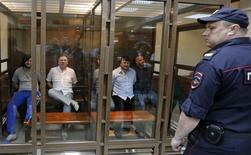 """Подсудимые слушают приговор на процессе по делу об убийстве Анны Политковской в Мосгорсуде 9 июня 2014 года. Пятеро обвиняемых, которых присяжные две недели назад признали виновными в убийстве обозревателя """"Новой газеты"""", в понедельник получили от 12 лет до пожизненного заключения. REUTERS/Sergei Karpukhin"""