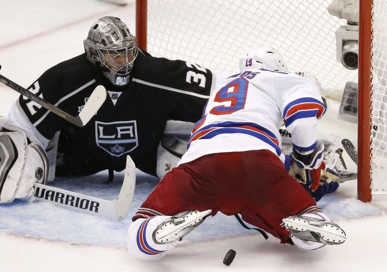 Los Angeles Kings' goalie Jonathan Quick (L) makes a save against the New York Rangers' Brad Richards during the third period in Game 2 of their NHL Stanley Cup Finals hockey series in Los Angeles, California, June 7, 2014. REUTERS/Lucy Nicholson
