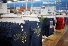 En la imagen, camisetas de recuerdo de Walmart, en un centro de comercio en Bentonville en Arkansas 5 de junio de 2014.  REUTERS/Rick Wilking. Joel Anderson, presidente ejecutivo de la página web en Estados Unidos de Wal-Mart Stores Inc, dejará su cargo y será reemplazado por un ejecutivo brasileño que actualmente dirige las operaciones electrónicas de la compañía en América Latina, según un memorándum al que tuvo acceso Reuters.
