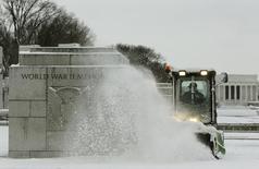 En la imagen, un tractor quita nieve en Washington el 17 de marzo de 2014. Los inventarios mayoristas en Estados Unidos subieron más de lo esperado en abril, lo que alienta las perspectivas de una aguda aceleración del crecimiento económico en el segundo trimestre del año. REUTERS/Gary Cameron
