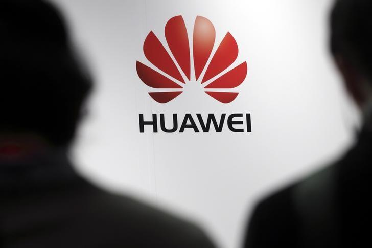 Journalists attend the presentation of the Huawei's new smartphone, the Ascend P7, launched by China's Huawei Technologies in Paris, May 7, 2014.  REUTERS/Philippe Wojazer