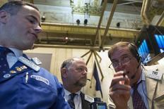 Unos operadores en el parqué de Wall Street en Nueva York, jun 10 2014. Las acciones cerraron casi estables el martes en la bolsa de Nueva York, con el promedio Dow Jones marcando un nuevo récord, y el sector de servicios públicos del S&P 500 en baja mientras los rendimientos de los bonos del Tesoro a 10 años treparon a niveles máximos en un mes.  REUTERS/Brendan McDermid