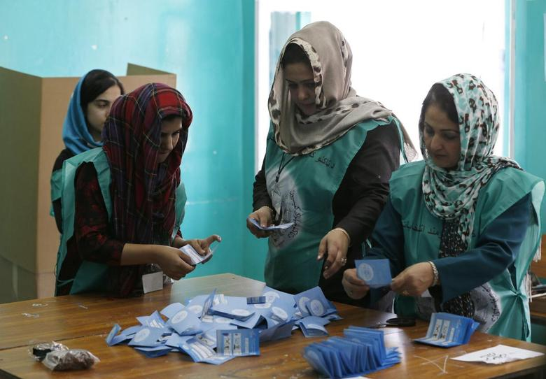 Election officials count ballot papers the end of polling in Kabul June 14, 2014. REUTERS/Omar Sobhani