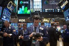 En la imagen, trabajadores en la bolsa de valores de Nueva York el pasado 17 de marzo. La producción manufacturera de Estados Unidos subió sólidamente en mayo, afianzando las expectativas de que el crecimiento económico repuntaría con fuerza este trimestre. REUTERS/Brendan McDermid