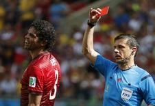Pepe recebe cartão vermelho em jogo de Portugal contra a Alemanha em Salvador nesta segunda-feira.  REUTERS/Jorge Silva