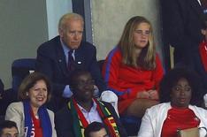 O vice-presidente dos Estados Unidos, Joe Biden (acima, à esquerda) e sua neta Naomi assistem ao jogo entre Estados Unidos e Gana pela Copa do Mundo, em Natal nesta segunda-feira. 16/06/2014 REUTERS/Brian Snyder