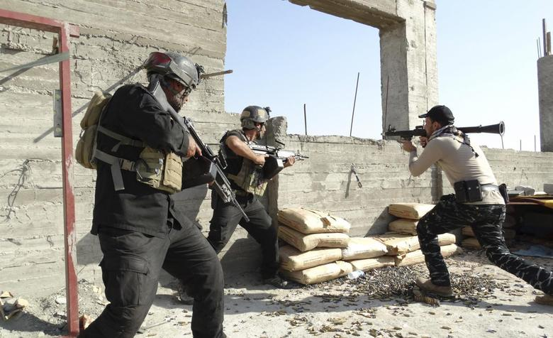 Armed Iraqi security forces personnel take their positions during clashes with the al Qaeda-linked Islamic State of Iraq and the Levant (ISIL) in the city of Ramadi, May 17, 2014.  REUTERS/Stringer
