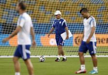 Técnico da Argentina, Alejandro Sabella (atrás), durante treinamento da seleção no Maracanã, Rio de Janeiro. 14/6/2014 REUTERS/Pilar Olivares