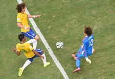 Brasileiros Paulinho e David Luiz disputam lance com goleiro Ochoa, do México.    REUTERS/Francois Xavier Marit
