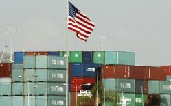 Imagen de unos contenedores chinos tras ser importados a Estados Unidos en un puerto de Los Ángeles el 7 de octubre. El déficit en cuenta corriente de Estados Unidos se incrementó a su máximo en un año y medio en el primer trimestre, ya que las exportaciones se desplomaron, dijo el miércoles el Departamento de Comercio. REUTERS/Lucy Nicholson
