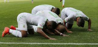 Feghouli (centro) comemora gol marcado contra a Bélgica. 17/06/2014 REUTERS/Sergio Perez