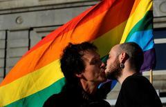 Dos hombres besándose en el Día Internacional contra la Homofobia, Transfobia y Bifobia, en Oviedo, 17 de mayo de 2014. La FIFA inició una investigación contra México por supuestos cantos homofóbicos de sus hinchas al portero de Camerún Charles Itandje durante el partido del Mundial del viernes pasado.  REUTERS/Eloy Alonso