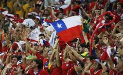 """Imagen de archivo de hinchas chilenos entre el público durante el encuentro de su selección ante Australia por el grupo B de la Copa del Mundo en Cuiabá, jun 13 2014. La FIFA admitió sentirse """"avergonzada"""" después de que hinchas chilenos irrumpieron en el centro de medios del estadio Maracaná antes del partido del miércoles contra España por el Grupo B del Mundial, pero las fuerzas de seguridad locales se negaron a asumir la responsabilidad. REUTERS/Eric Gaillard"""