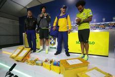 David Luiz e Marcelo recebem carta antes de treino  do Brasil.   REUTERS/Stringer/Brazil/Marcelo Regua