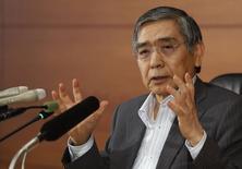 El gobernador del Banco de Japón, Haruhiko Kuroda, habla durante una conferencia de prensa en la casa matriz del BOJ en Tokio, 13 de junio de 2014. El gobernador del Banco de Japón pidió esfuerzos más audaces para aumentar el potencial de la economía nipona como parte de una campaña del G20 para impulsar el crecimiento global a largo plazo, manteniendo la presión sobre el primer ministro para que diseñe un estrategia creíble de crecimiento. REUTERS/Yuya Shino