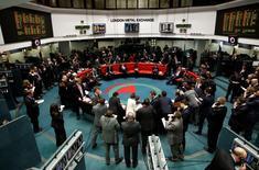 Le London Metal Exchange, premier marché mondial des métaux non-ferreux, va rester fidèle à son système traditionnel de transactions à la criée avec son cercle de sièges de cuir rouge sur lesquels les traders font assaut de signes ésotériques , à contre-courant de l'usage exclusif de l'électronique. /Photo d'archives/REUTERS/Luke MacGregor
