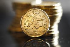 Монеты номиналом 1 австралийский доллар в Сиднее, 27 июля 2011 года. Долларовые валюты удерживают позиции после значительного повышения, вызванного оптимизмом по поводу экономического роста Китая. REUTERS/Tim Wimborne