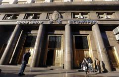 El ministerio de economía es visto en Buenos Aires, 18 de junio de 2014. La economía argentina se contrajo en el período enero a marzo del 2014, con lo que completó dos trimestres consecutivos de caída y entró en recesión, bajo la presión de un retroceso del consumo y en medio de una alta inflación. REUTERS/Enrique Marcarian