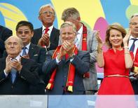 El presidente de la FIFA, Joseph Blatter, junto con el Rey Philippe de Bélgica y la Reina Matilda, durante el partido entre Bélgica y Rusia, por la Copa del Mundo 2014, en el Estadio de Maracaná, en Rio de Janeiro, 22 de junio de 2014. La aplicación de la FIFA para el Mundial de fútbol registró un récord de 18 millones de descargas en lo que va de junio y se convirtió en la más importante en todas las competencias deportivas del mundo, dijo el martes la organización. REUTERS/Tony Gentile