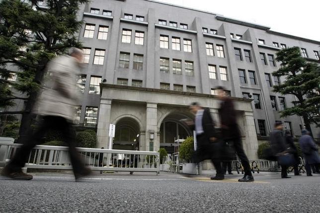 6月25日、政府税制調査会が月内にまとめる法人税改革案の全容が明らかになった。写真は都内の財務省前で2009年3月撮影(2014年 ロイター/Toru Hanai)