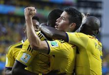 Jogadores da Colômbia comemoram gol marcado contra o Japão em Cuiabá. 24/06/2014. REUTERS/Eric Gaillard