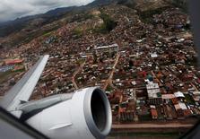 Imagen de archivo de un avión de LAN despegando desde Cusco a Lima, feb 23 2012. Los técnicos aeronáuticos de LATAM Airlines en Perú no lograron llegar a un acuerdo el martes con la empresa, pero continuarán las conversaciones para evitar una huelga el 26 y 27 de junio que afectaría a cientos de vuelos locales e internacionales, dijo un portavoz sindical. REUTERS/Mariana Bazo