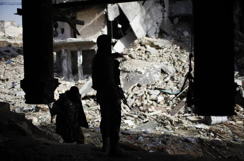 Members of Islamist Syrian rebel group Jabhat al-Nusra take their position on the front line during a fight with Syrian forces loyal to President Bashar al Assad in Aleppo December 24, 2012. REUTERS/Ahmed Jadallah