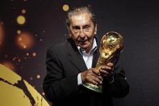 Ex-jogador uruguaio Alcides Ghiggia, famoso por sua atuação na final do Mundial de 1950, posa para foto com a taça da Copa do Mundo, em Montevidéu. 16/01/2014.   REUTERS/Andres Stapff