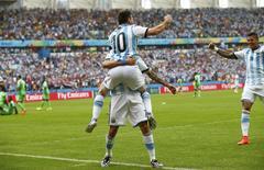 Jogador argentino Lionel Messi (10) celebra gol sobre Nigéria no Estádio Beira Rio, em Porto Alegre. 25/6/2014 REUTERS/Darren Staples