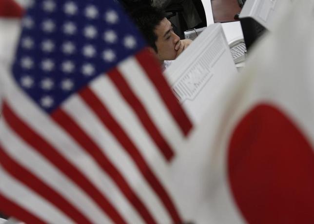 6月26日、ドル/円が浮上のきっかけを探っている。写真は2009年10月、都内で撮影(2014年 ロイター/Yuriko Nakao)