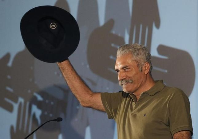 Jose Manuel Mireles, coordinator of the vigilante groups of the state of Michoacan, greets the audience during a meeting of leaders of vigilante groups in Mexico City May 28, 2014 file photo.   REUTERS/Bernardo Montoya