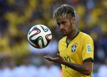 Neymar se prepara para cobrar pênalti contra o Chile. 28/06/2014   REUTERS/Dylan Martinez