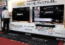 Sony est convaincu que les résultats de sa division TV passeront dans le vert durant l'exercice en cours, après avoir été déficitaires pendant dix ans, même si l'objectif en termes de ventes n'est pas atteint.  /Photo prise le 14 mai 2014/REUTERS/Toru Hanai