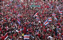 Milhares comemoram, em San José, vitória da Costa Rica sobre Grécia na Copa do Mundo.  29/6/2014. REUTERS/Juan Carlos Ulate