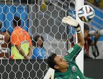 Goleiro da Costa Rica Navas defende pênalti contra a Grécia.    REUTERS/Yves Herman