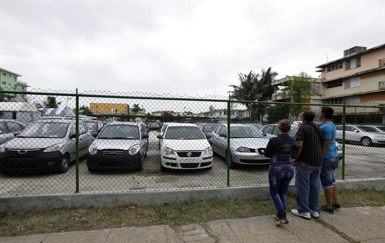 People look at used cars for sale at the government owned dealership in Havana January 3, 2014. REUTERS/Enrique de la Osa