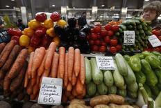 Женщина продает овощи на рынке в Санкт-Петербурге 5 апреля 2012 года. Инфляция в России в 2014 году может достичь 6,5 процента, но Центральный банк пока сохраняет прогноз на уровне 6,0 процентов, сказала журналистам первый зампред ЦБР Ксения Юдаева. REUTERS/Alexander Demianchuk