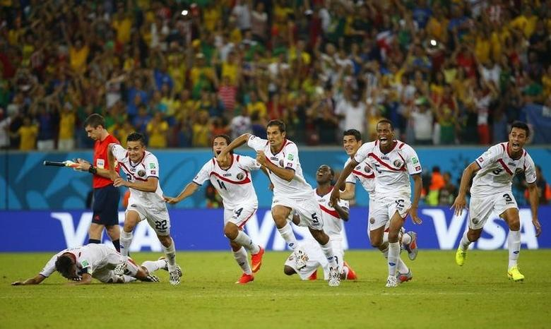Costa Rica's players celebrate winning their 2014 World Cup round of 16 game against Greece at the Pernambuco arena in Recife June 29, 2014. REUTERS/Brian Snyder