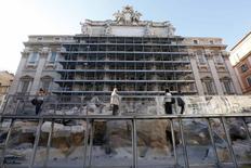 Turistas en un puente provisional frente a la Fontana de Trevi de Roma, el 30 de junio de 2014. Roma presentó la renovación más drástica de la Fontana de Trevi en sus 252 años de historia, en la última de una serie de restauraciones financiadas por empresas privadas de los monumentos más valiosos de Italia. REUTERS/Remo Casilli