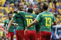 Jogador de Camarões Joel Matip (E) comemora gol contra o Brasil no Mané Garrincha, em Brasília.  23/6/2014.  REUTERS/Ueslei Marcelino