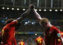 Jogadores belgas Romelu Lukaku e Kevin De Bruyne (direita) celebram gol em partida contra EUA,a na Arena Fonte Nova, em Salvador. 1/7/2014 REUTERS/Marcos Brindicci