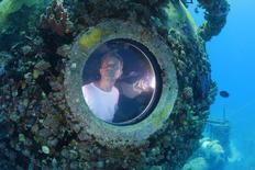 """Fabien Cousteau, petit-fils de l'océanographe et cinéaste français Jacques-Yves Cousteau, a mis fin mercredi à un séjour de 31 jours - un record - dans une habitation sous-marine. Avec deux autres """"aquanautes"""", il était entré le 1er juin dans l'Aquarius, un laboratoire de 18 mètres de long immergé au large de Key Largo, dans les eaux de la Floride. /Photo obtenue le 2 juillet 2014/.  REUTERS/Kip Evans/Mission Blue/"""