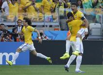 Thiago Silva (D) comemora vitória do Brasil sobre Chile nos pênaltis.      REUTERS/Eric Gaillard