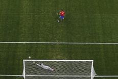 Gonzalo Jara, do Chile, bate pênalti e acerta trave do brasileiro Júlio Cesar, em partida pelas oitavas de final no Estádio do Mineirão, em Belo Horizonte. 28/6/2014 REUTERS/Peter Jebautzke