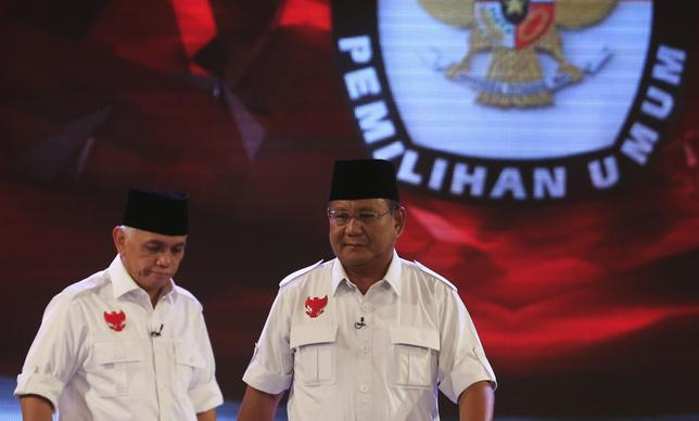 Indonesia's presidential candidate Prabowo Subianto (R) and Hatta Rajasa walks during a televised debate with his opponent Joko ''Jokowi'' Widodo and Yusuf Kalla (not pictured) in Jakarta July 5, 2014. REUTERS/Beawiharta