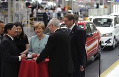 Un jefe de inteligencia alemán advirtió, mientras la canciller Angela Merkel se embarca en una visita a China, de que algunas empresas en la mayor economía europea se enfrentan a una creciente amenaza de espionaje industrial por parte de agencias del Gobierno chino con enormes recursos. en la imagen, la canciller alemana Angela Merkel (4ª-I) habla con el presidente del grupo FAW Xu Jianyi (2ºI) y con el consejero delegado de Volkswagen, Martin Winterkorn, en una planta de producción de FAW-Volkswagen en Chengdu, provincia de Sichuan, el 6 de julio de 2014. REUTERS/China Daily