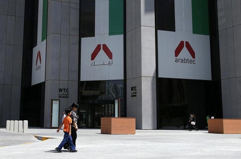 People walk past the Arabtec headquarters in Abu Dhabi June 25, 2014.   REUTERS/Stringer