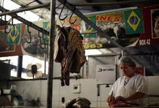A inflação oficial no Brasil desacelerou a 0,40 por cento em junho, com o alívio nos alimentos compensando os efeitos da Copa do Mundo nos preços de passagens aéreas e diárias de hotéis. 14/06/2014 REUTERS/Amr Abdallah Dalsh